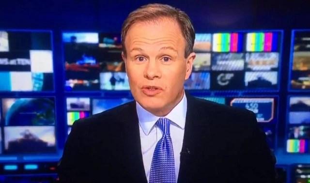 Âncora do 'News at Ten', do ITV, pediu desculpas e finalizou telejornal após alarme de incêndio tocar no estúdio durante a transmissão ao vivo.