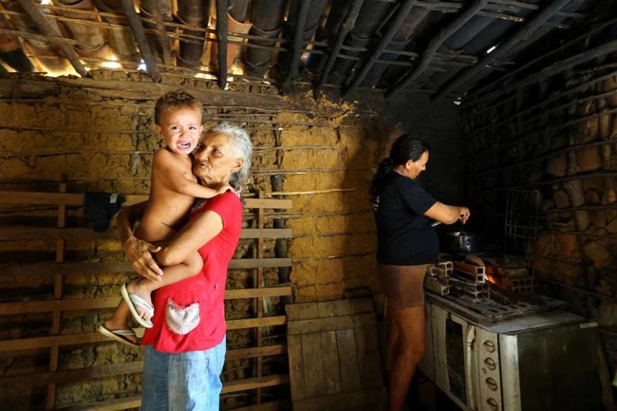 Maria do Céu Costa Silva e sua nora Eliene da Costa Santos vivem na comunidade Km 60, em Limoeiro do Norte