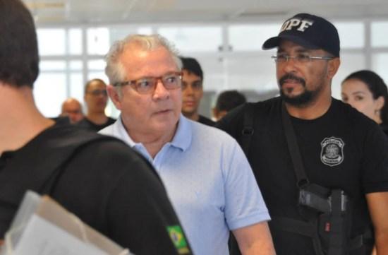 O ex-governador Neudo Campos se entrega à polícia suspeito de corrupção na área da saúde