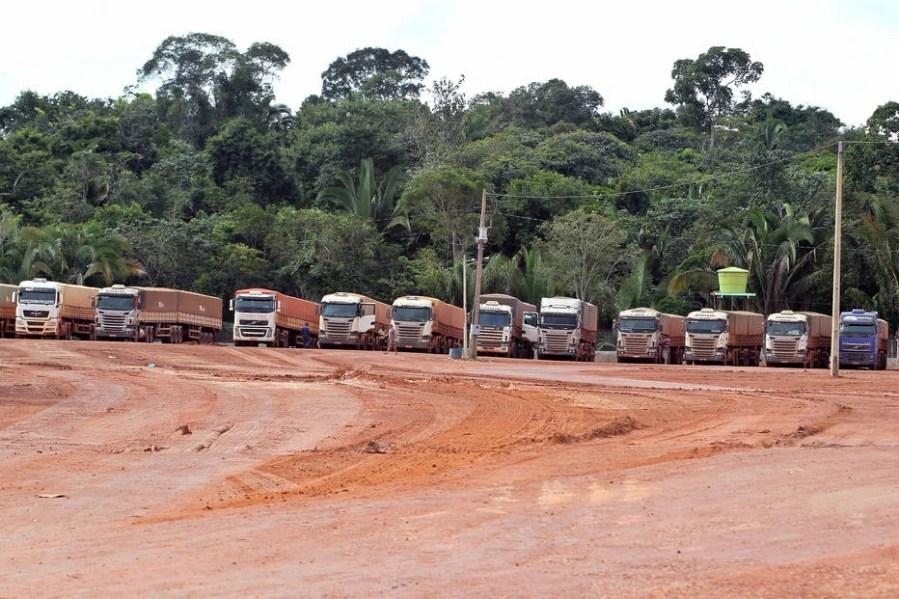Estacionamento para carretas no terminal de carga de grãos da Bunge, na margem do rio Tapajós (PA)