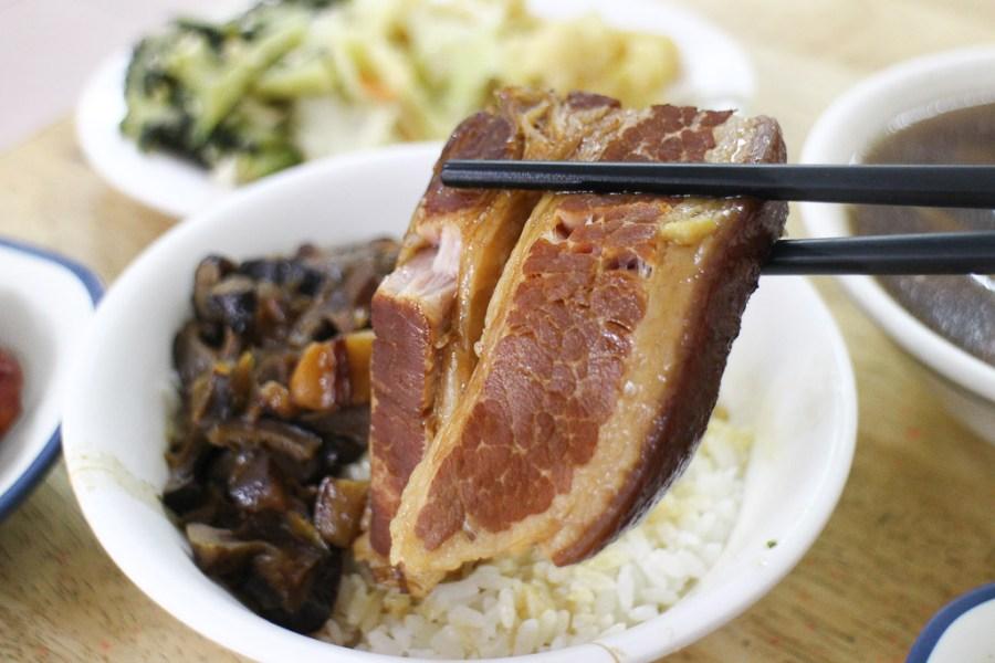 台南 東區崇善路上這間超不起眼小店的爌肉飯,肉質直逼彰化店家,吃上一口肉質細軟,讓人心醉難忘 台南市東區|魯肉昌