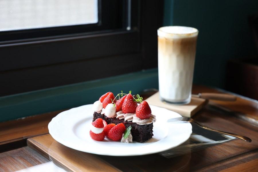 台南 探索深藏巷弄,沒有招牌咖啡甜點店,沈浸在異國復古的環境,點杯咖啡搭配一份讓人驚豔的草莓布朗尼 台南市東區|穿牆貓