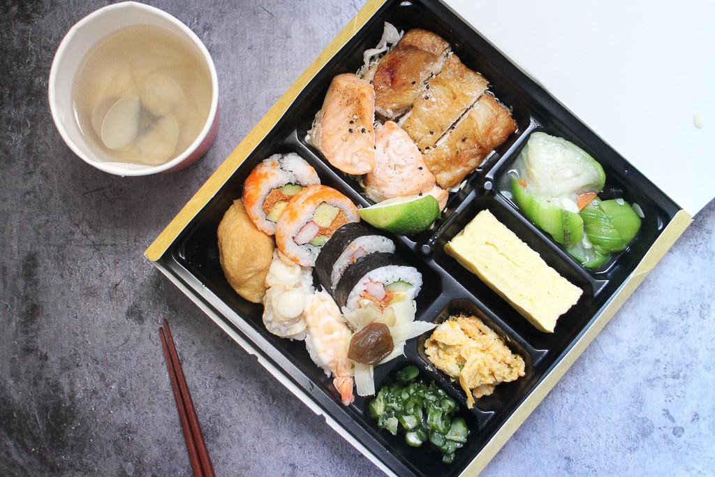 台南 漢來海港餐廳竟然也有推便當,菜色多樣又豐富,外帶或會議餐盒都合適,防疫期間避免外食,外帶回家用餐較安心 台南市東區|漢來海港海派日式便當