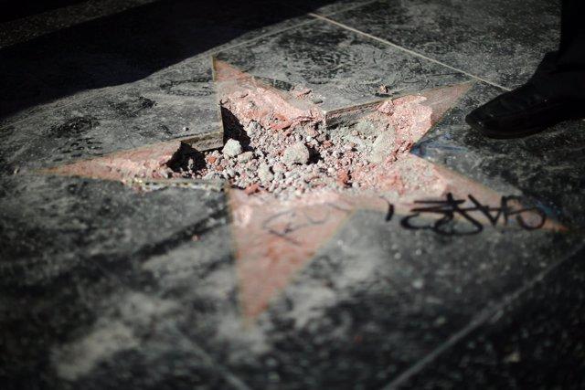 La estrella de Trump en el Paseo de la Fama de Hollywood, destrozada con un pico