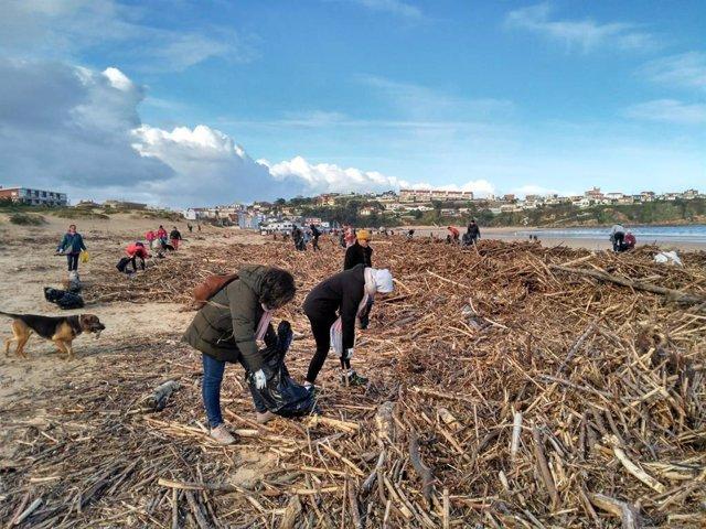 Unas 400 personas participan en la limpieza de playas tras el temporal en Cantabria