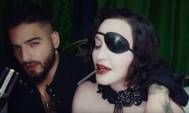 Resultado de imagen para El nuevo video, Madonna le lame los pies a Maluma