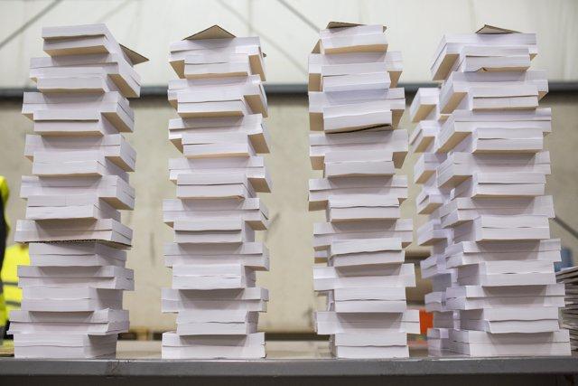 Papeletas destinadas a la jornada electoral del próximo 4 de mayo, a 27 de abril de 2021, en el Polígono Industrial de La Garena, en Alcalá de Henares.
