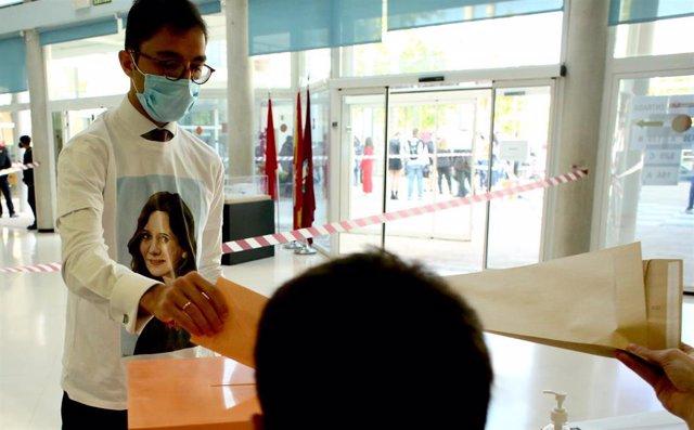 Un hombre acude a votar con una camiseta de Isabel Díaz Ayuso en el Centro cultural Alfredo Krauss, a 4 de mayo de 2021, en Madrid (España).