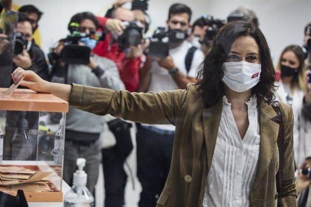 La presidenta de la Comunidad de Madrid y candidata a la reelección por el PP, Isabel Díaz Ayuso, ejerce su derecho a voto en el Colegio La Inmaculada-Marillac.