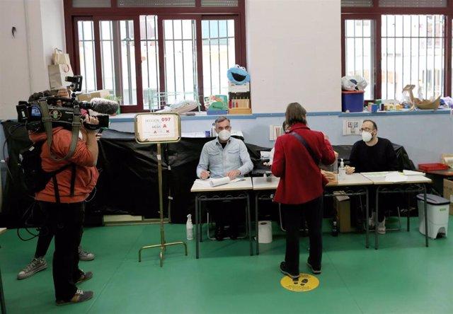 Una mujer acude a votar durante la última hora de la jornada, en el Colegio Pi i Margall