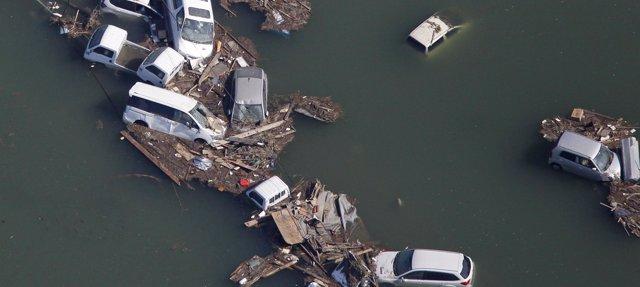 El tsunami arrastra docenas de coches. Fuente: EuropaPress