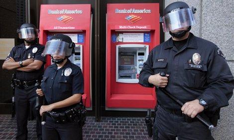 Agentes De Policía Delante De Bank Of America