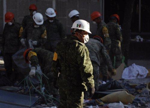 Tareas de desescombros en la sede de Pemex en México