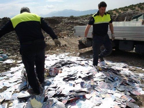 Agentes destruyendo el material falsificado