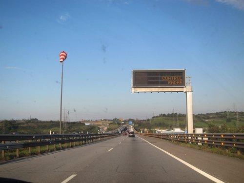 Señal de radar de velocidad en la autopista A-8 'Y'.