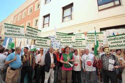 Concentración de sindicatos de función pública ante la sede de la Junta