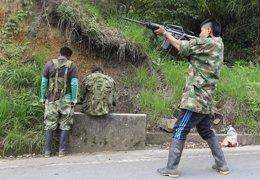 Miembros de las FARC disparan a soldados en Colombia