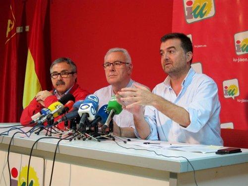 Antonio Maílo (dcha), junto a Luis Segura y Cayo Lara en la rueda de prensa..