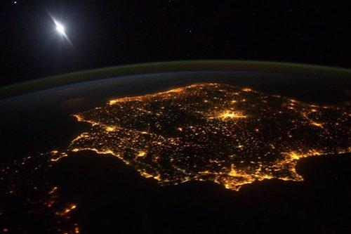 La península ibérica de noche desde el espacio