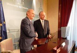 El Ministerio del Interior y La Caixa firman un acuerdo para promover la reinserción laboral de reclusos