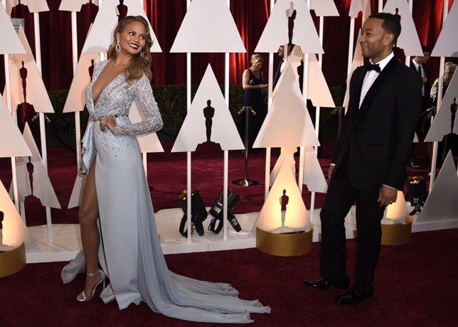 Chrissy Teigen quita el hipo mostrando sus imponentes piernas en los Oscar