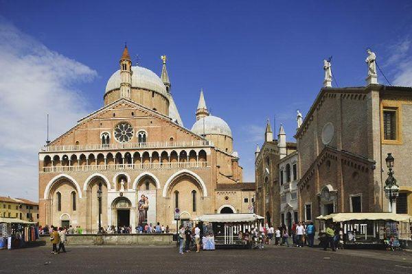 achevee en 1310 c est le plus grand edifice religieux de la ville de