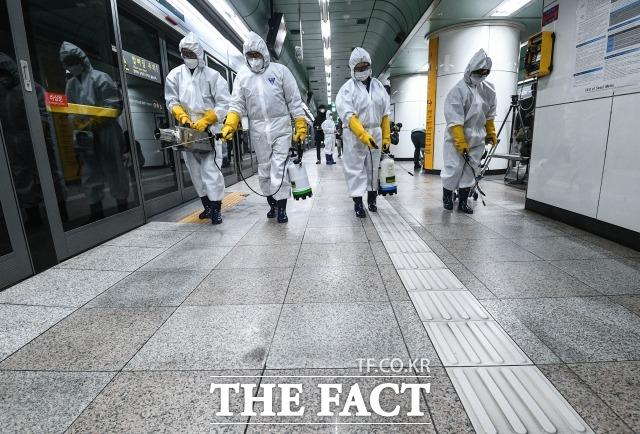 5일 0시 기준 코로나19 확진자 수가 168명 늘어 추적 2만 1010명을 기록했다. 사진은 지난 2월 서울 종로구 광화문역 일대에서 방역 관계자들이 방역 중인 모습. /이동률 기자