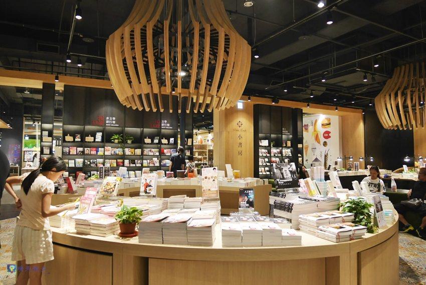 秀泰廣場小書房Petite Étude~中部最優雅的文青書店 IG打卡熱點 附設那個那個咖啡店 - 晴天散步