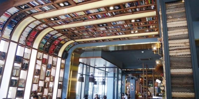 南屯下午茶 卡啡那大墩店~香書、咖啡香、麵包香 從牆面到天花板都是書 假日一位難求