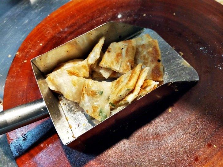 20191218191951 85 - 東興路美食 丹丹香蔥油餅東興店~外酥內Q層次豐富口味多 超大張現做蔥油餅 半張40元一張80元