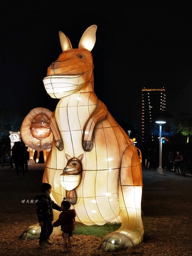20200213164504 91 - 台中燈會|2020台灣燈會在台中,副展區文心森林公園戽斗星球動物晚上也好拍,還有人造雪喔!