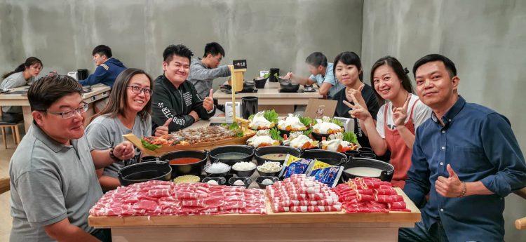 台南中西區美食│自家熬煮的6種湯底、100oz大肉盤、百隻鮮蝦痛風船組成一桌六人專屬的海陸饗宴~海鮮控肉肉控快來