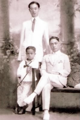 Mariano Maronilla Calleja (standing), Manuel Maronilla Calleja (seated) and the young Luis Aspillera Calleja in the 1920s (approx).