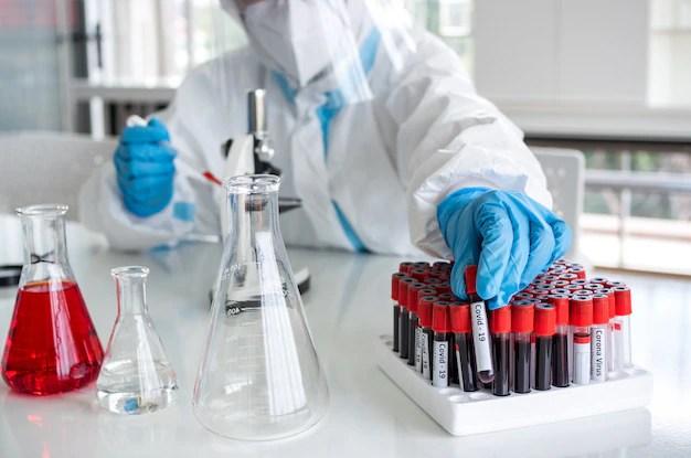 Ученые и микробиологи в костюме для индивидуальной защиты ...