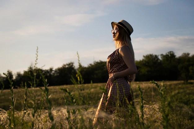 Элегантная и стильная девушка в летнем поле   Бесплатно Фото
