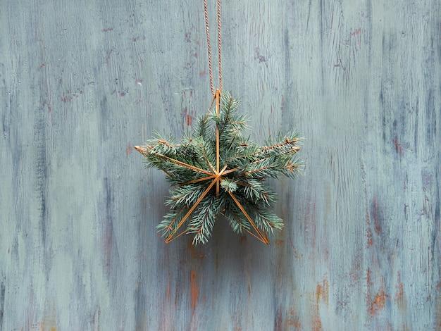 Рождественский венок с зимними зелеными листьями и цветами ...