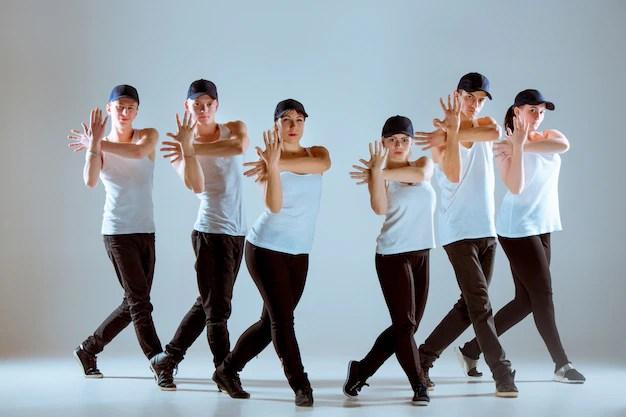 Группа мужчин и женщин, танцующих хип-хоп хореография ...