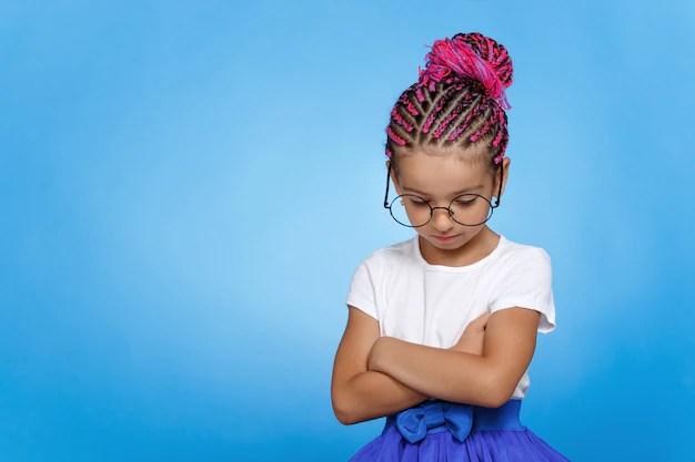 Маленькая девочка с книгой над головой   Премиум Фото
