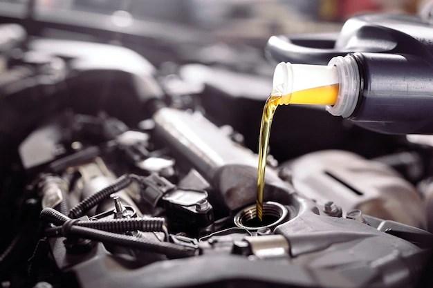 Моторное масло заливается в двигатель автомобиля ...