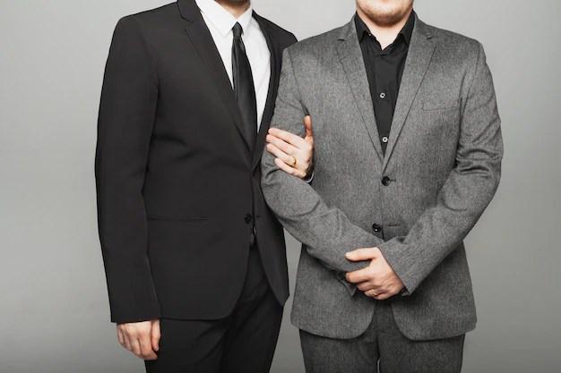 Двое мужчин в костюме на свадьбе лгбт   Премиум Фото