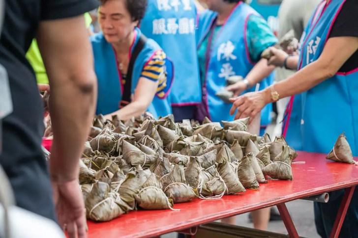 DSC08222 - 熱血採訪│台中野生烏魚子肉粽,大排長龍只等這一味,每日限量賣完為止的鯊魚挑嘴