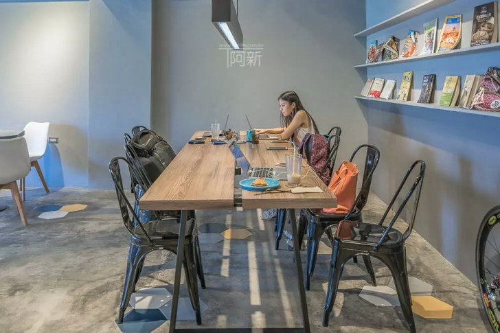 DSC07028 - Pluto Espressoria|台中南屯咖啡館,深藍色系搭寬敞空間,工業風環境超好拍。
