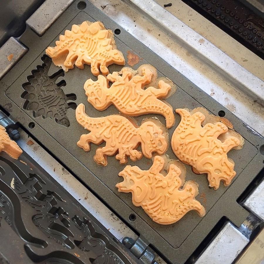 蛋黃哥脆皮雞蛋糕|恐龍雞蛋糕橫行台南街頭,還有一元銅板雞蛋糕,買雞蛋糕送銅板!|台南限定