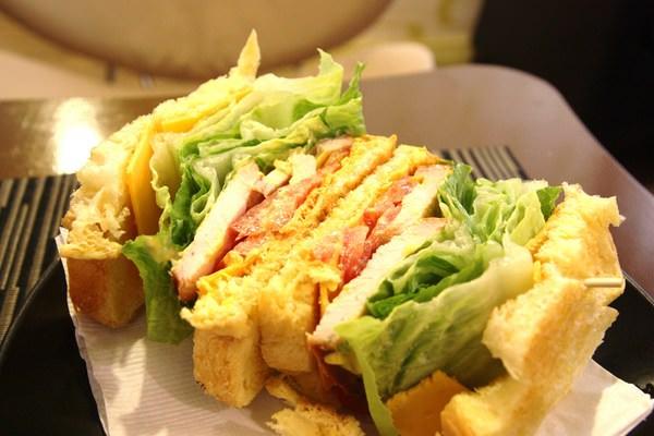 『台南-東區美食』{辛德克萊coffee house}。成大附近的美味又溫馨的小餐廳。成大區域一個也能外送喔!