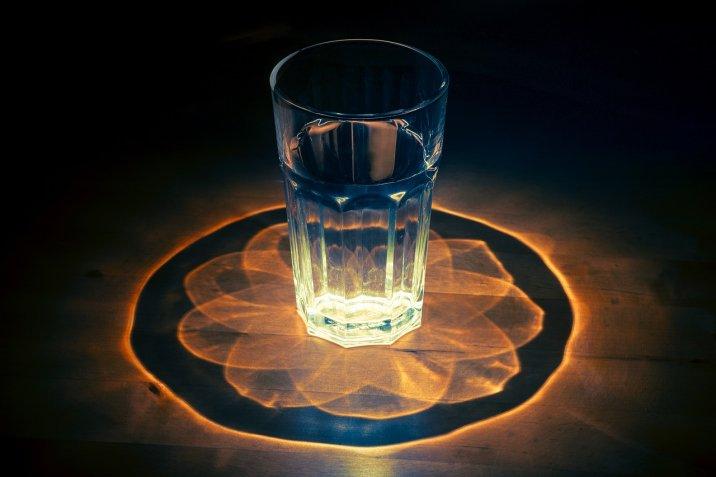 pahar cu apa, energii negative, curatare energetica