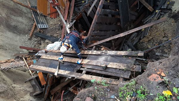 Частный дом провалился под землю в Брянской области ...