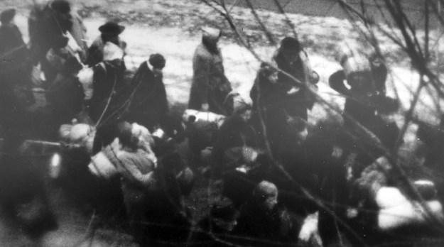 Узники Рижского гетто на пути в Румбулу. Фото, сделанное неизвестным фотографом 8 декабря 1941 года