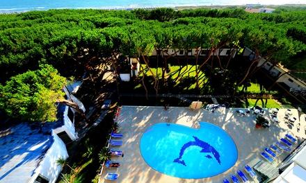 Baia Domizia: 7 notti in villa per 2 persone, formula Residence o mezza pensione + ingresso piscina allHotel Giulivo