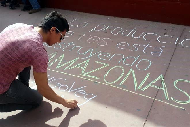 Resultado de imagen para Fotos: activistas protestan en diferentes partes del mundo y piden 'actuar por la Amazonía'