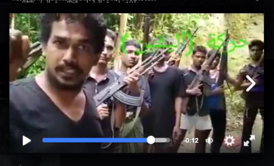 """한 남성이 무장한 다른 남성들을 배경으로 서서 """"로힝야 지하드""""를 촉구하고 있는 영상 중 일부. 최근 로힝야 지하드를 촉구하는 영상 여러 개가 인터넷에 떠돌고 있다."""